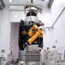 Final Inspections of Deep Impact Before Transport