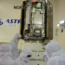 Workers Prepare to Attach the Spacecraft to the Payload Attach System